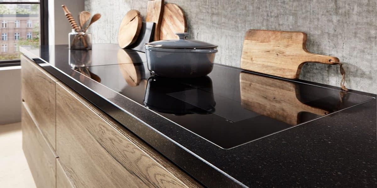 Küche Structura, Holzdekor und Steinquarz, nobilia